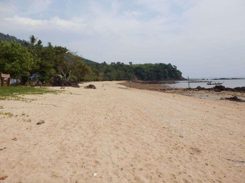 der Strand bei Ebbe zur Linken vom Resort